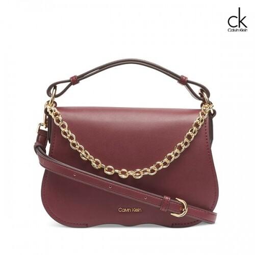 Calvin Klein 캘빈 클라인 Novelty Chain Crossbody Bag 크로스백 (Merlot)